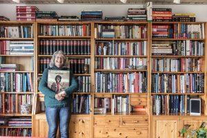 Frau Peters aus Neunkirchen-Seelscheid vor ihrer Bücherwand